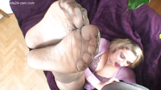 Porno caliente sin registro  Niña abre las piernas en la silla, porno latino amateir usa vibraciones para bajarse