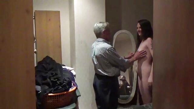 Porno caliente sin registro  Una chica y un videos sexo amateur latino chico juegan un juego de striptease.