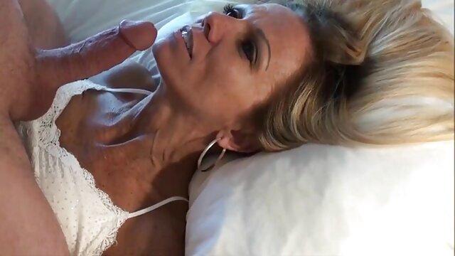 Porno caliente sin registro  Chica chupa, frota los pies y se masturba la amatuer latino polla de los chicos