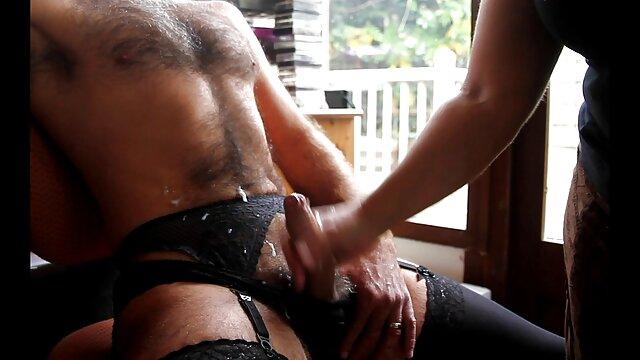 Porno caliente sin registro  Morena madura chupa la polla de su marido y luego se come porni amateur latino el coño de una joven punk en el sofá